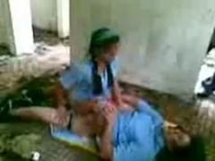 Colegiala cachonda tiene relaciones con su compañero en el patio del colegio